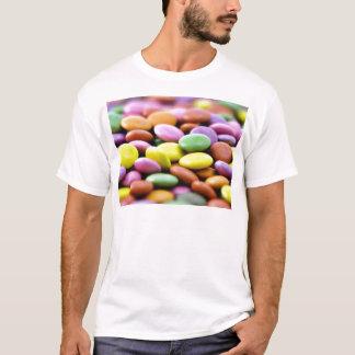 Foto detallada de los caramelos coloridos del camiseta