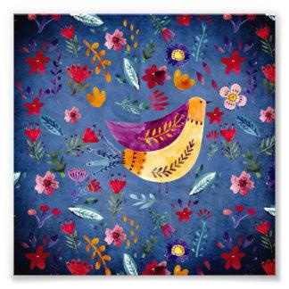 Foto El pájaro temprano en jardín de flores