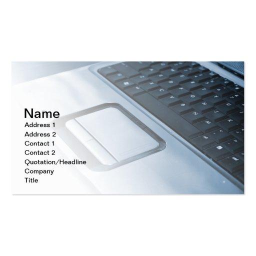 foto entonada azul de un teclado y de un mousepad  tarjeta de visita