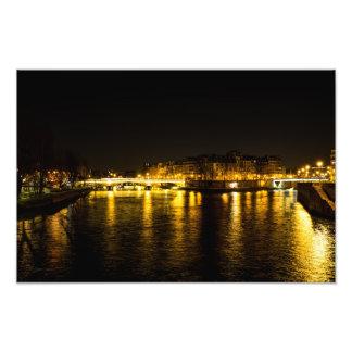 Foto Escena urbana de la noche de una travesía de río