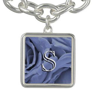 Foto gris azul clara delicada de la flor de los pulseras con dijer