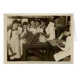 Foto histórica del vintage de muchachos con prensa tarjeta de felicitación