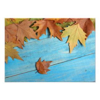 Foto Hojas de otoño en la tabla de madera