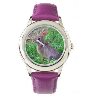 Foto linda del conejo de conejito del conejo de reloj de mano