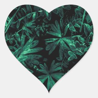 Foto oscura de la flora pegatina en forma de corazón