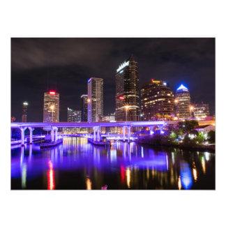 Foto Paisaje urbano con la reflexión de luces púrpura