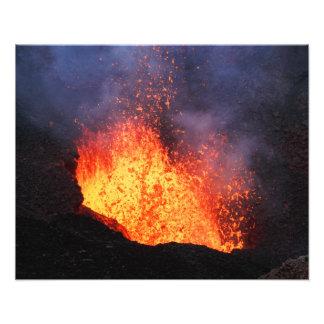 Foto Paisaje volcánico - erupción caliente de la lava