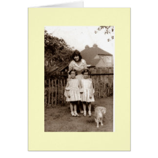 Foto vieja de gemelos y de la hermana lindos con tarjeta
