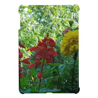 Fotografía al aire libre de las flores rojas y
