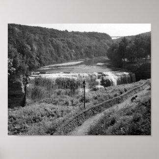 Fotografía blanco y negro de la cascada póster