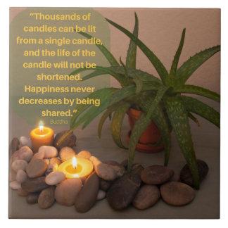 Fotografía de la vela y del áloe con la cita de azulejo