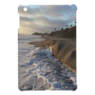 Fotografía de las ondas que golpean la arena