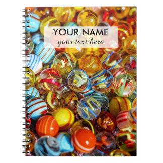 fotografía de mármol de cristal colorida hermosa libros de apuntes con espiral