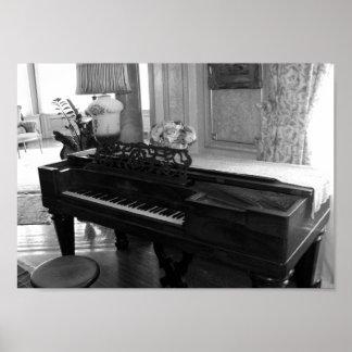 Fotografía del piano negro y del blanco del póster