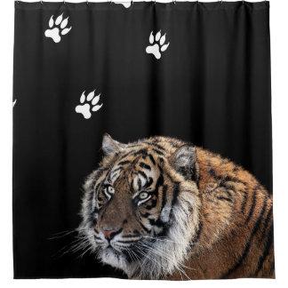 Fotografía del tigre con las impresiones de la cortina de baño