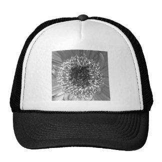 Fotografía floral blanco y negro gorros bordados
