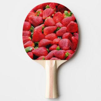 fotografía rosada oscura deliciosa de las fresas pala de ping pong