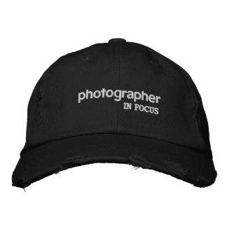 Fotógrafo en gorra del foco
