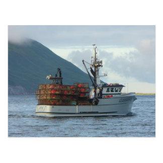 Fox ártico, barco del cangrejo en el puerto postal