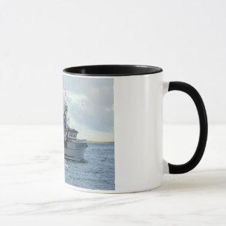 Fox ártico, barco del cangrejo en el puerto taza