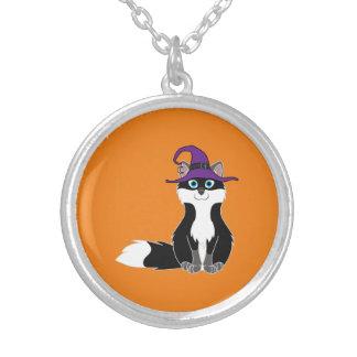 Fox blanco y negro con el gorra de la bruja de colgante redondo