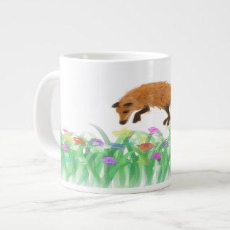 Fox que salta en prado en una taza