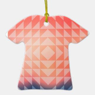 Fractales geométricos de los triángulos del arte adorno de cerámica en forma de camiseta