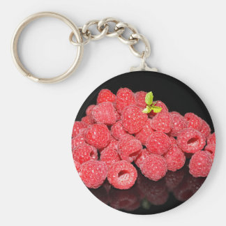 frambuesas rojas frescas reflejadas en backgroun llavero
