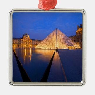 Francia, París. El museo del Louvre en el Adorno Cuadrado Plateado