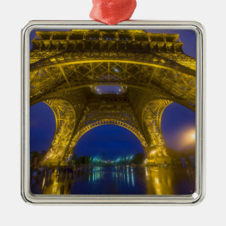 Francia, París. Torre Eiffel iluminada en Adorno Cuadrado Plateado