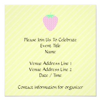 Fresa rosada bonita en rayas amarillas invitación 13,3 cm x 13,3cm