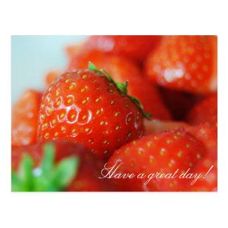 Fresas en un día de verano con efecto del bokeh postal