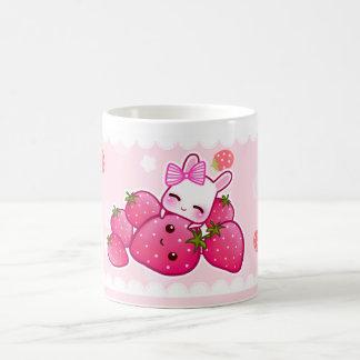 Fresas lindas del conejito y del kawaii taza de café