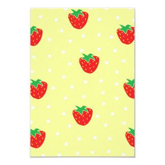 Fresas y amarillo de los lunares invitación 8,9 x 12,7 cm