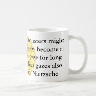 Friedrich Nietzsche - cita profunda Taza Básica Blanca