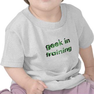 friki en camiseta trianing del niño