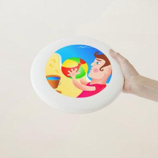 Frisbee De Wham-O Muchacho en la playa con la bola