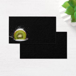 Fruta de kiwi fresca en una tarjeta de visita de