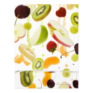 Fruta mezclada fresca con la manzana y el zumo de postal