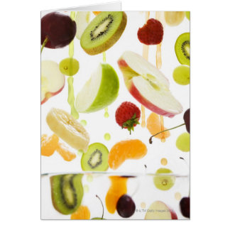 Fruta mezclada fresca con la manzana y el zumo de  tarjeta de felicitación