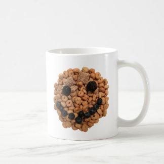 Fruta y cereal sonrientes taza de café
