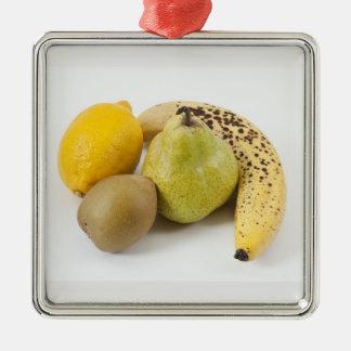 Frutas amarillas en un fondo blanco ornamentos de navidad