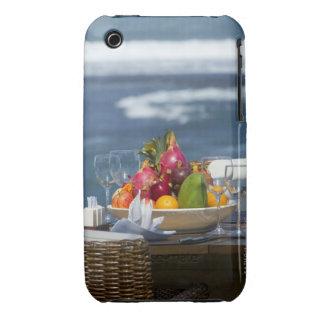 Frutas tropicales por el océano en la tabla funda bareyly there para iPhone 3 de Case-Mate