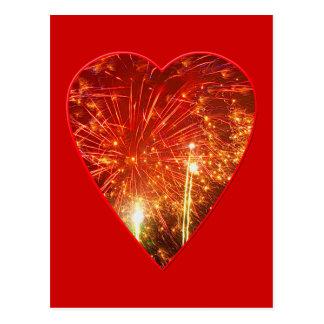 Fuego artificial rojo del corazón postal