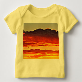 Fuego en la camiseta del revestimiento del bebé
