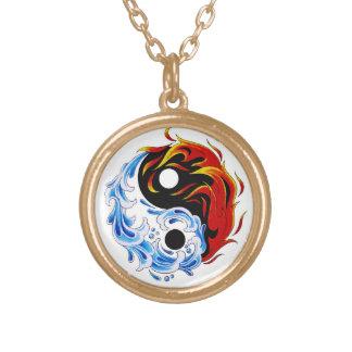 Fuego fresco Yin Yang del agua del símbolo del Collar Dorado