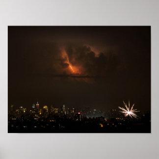 Fuegos artificiales y relámpago en NYC Póster