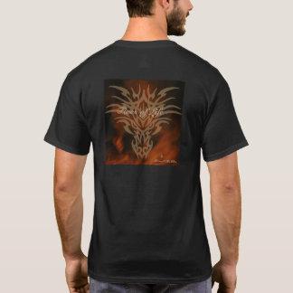 Fuegos de la camiseta del dragón de los hombres de