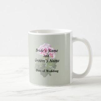 Fuentes rojas y rosadas del boda del geranio taza de café