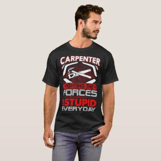 Fuerza de lucha del carpintero de la camiseta